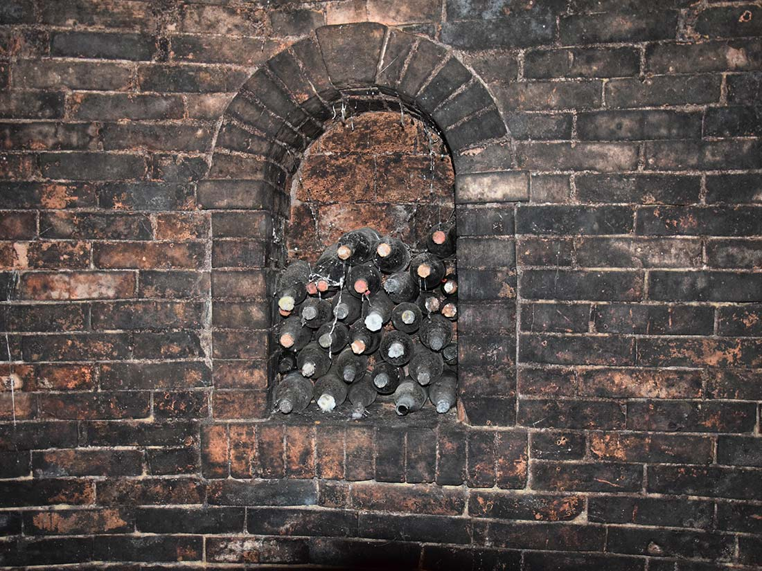 Alte Weinflaschen in Kellernische