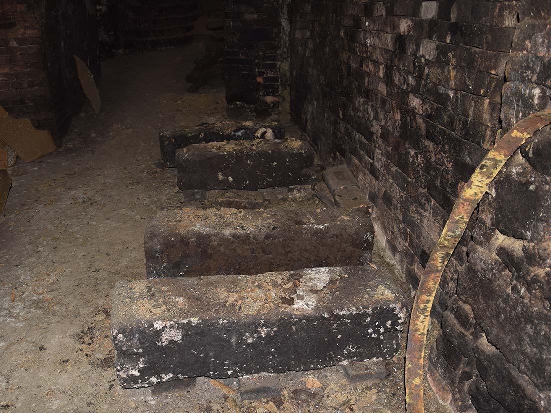 Steinblöcke dienten als Unterbau der alten Fässer
